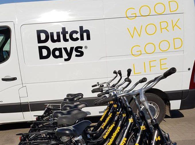De opnieuw beletterde bus en beletterde en genummerde fietsen van Dutch Days